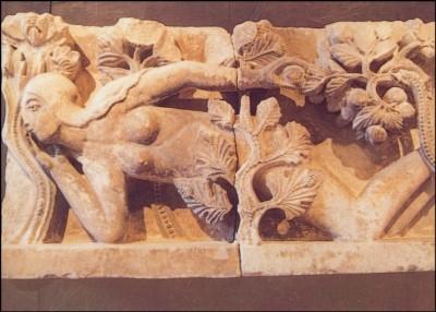 Romanisch. Türsturz mit Darstellung Evas, 1220-1230. KK