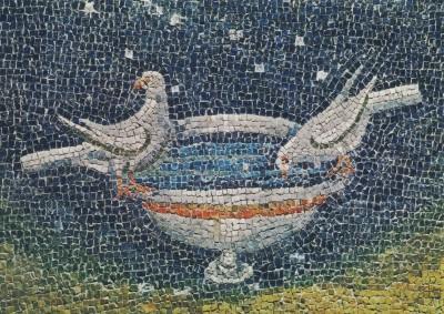Taube aus einer Schale trinkend. Mosaik